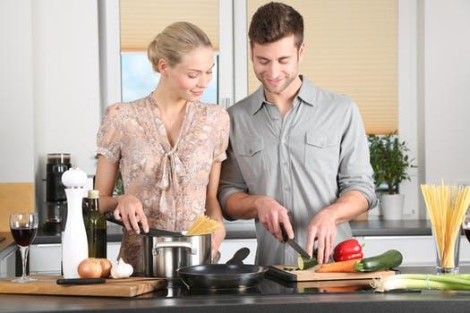 Være kreative i køkkenet sammen, med en måltidskasse til 2 personer